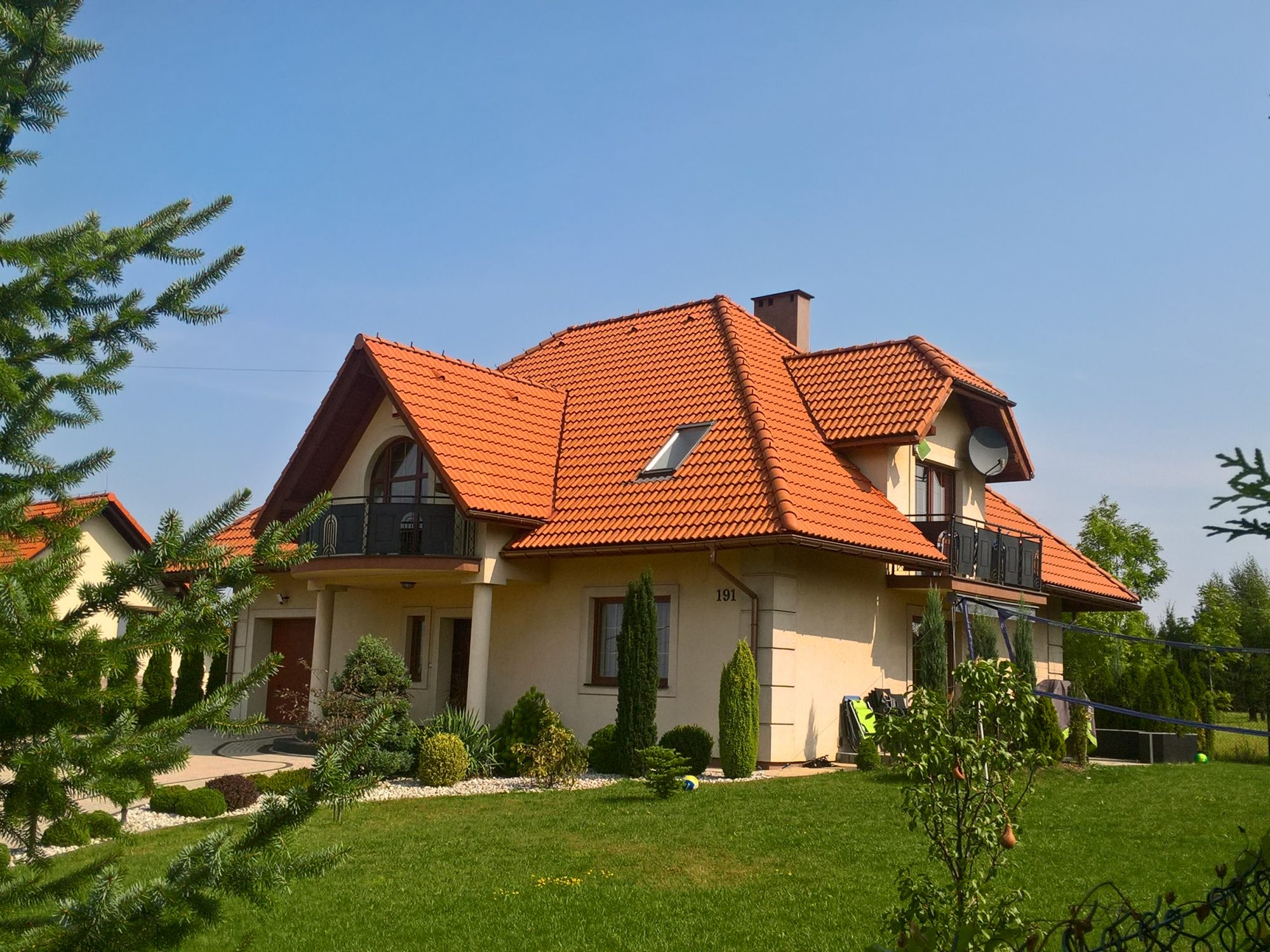 dom-tradycyjny-czerwony-dach